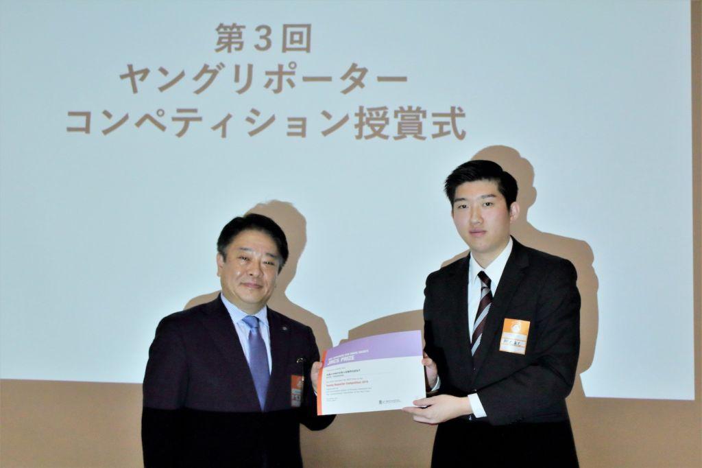 日本赤十字社企画広報室長の喜多氏より表彰される柳沢さん(右)