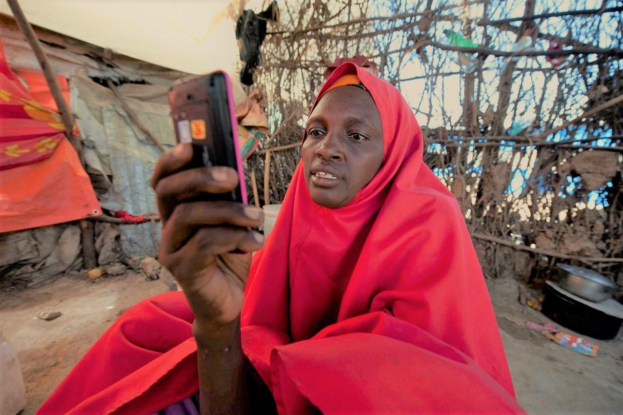 スマートフォンのようなデジタル機器を使用する女性