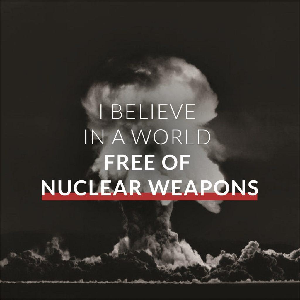 核爆発の雲を背景にI BELIEVE IN A WORLD FREE OF NUCLEAR WEAPONSと書かれたメッセージ
