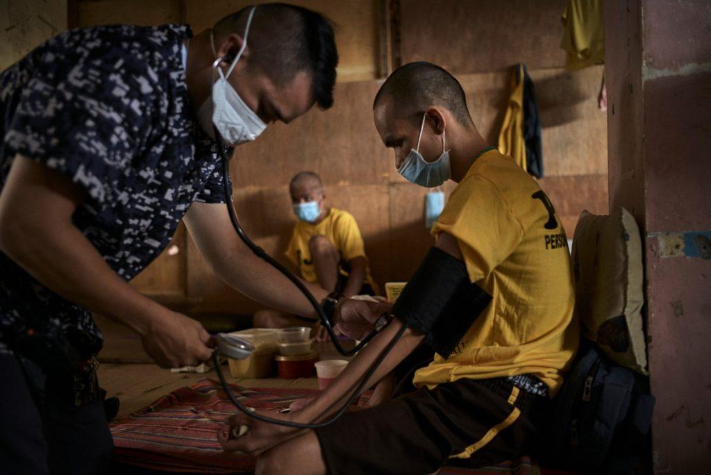 紛争地で医療を受ける男性