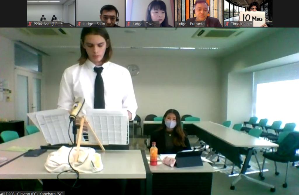 最優秀弁論賞を受賞した東京大学チームのクリス・クレイトンさん、金原芽以さん