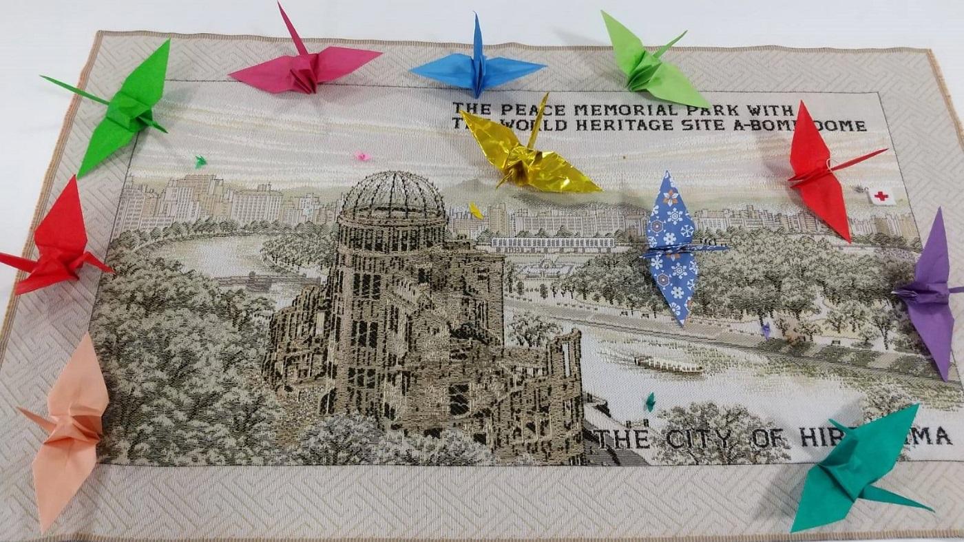 原爆ドームが描かれた布と数羽の折り鶴