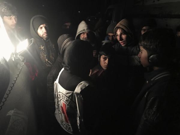 シリアの現地住民に囲まれている赤十字国際委員会の職員