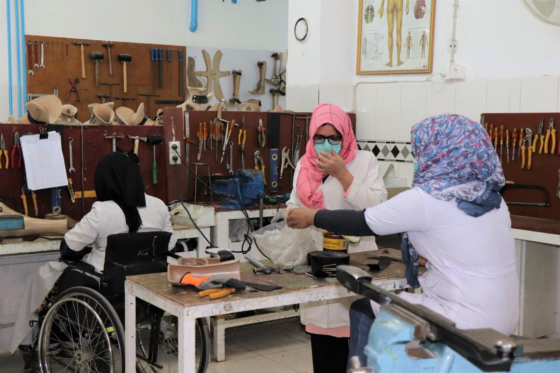 アリ・アバド整形外科センターで義肢の部品を組み立てるスタッフ