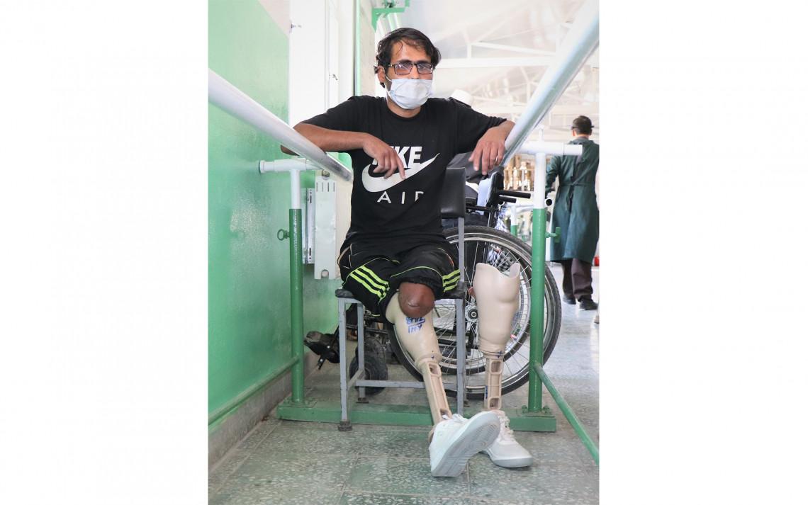 アリ・アバド整形外科センターで、初めて義足を装着するモハメド・アージャンさん(28歳)