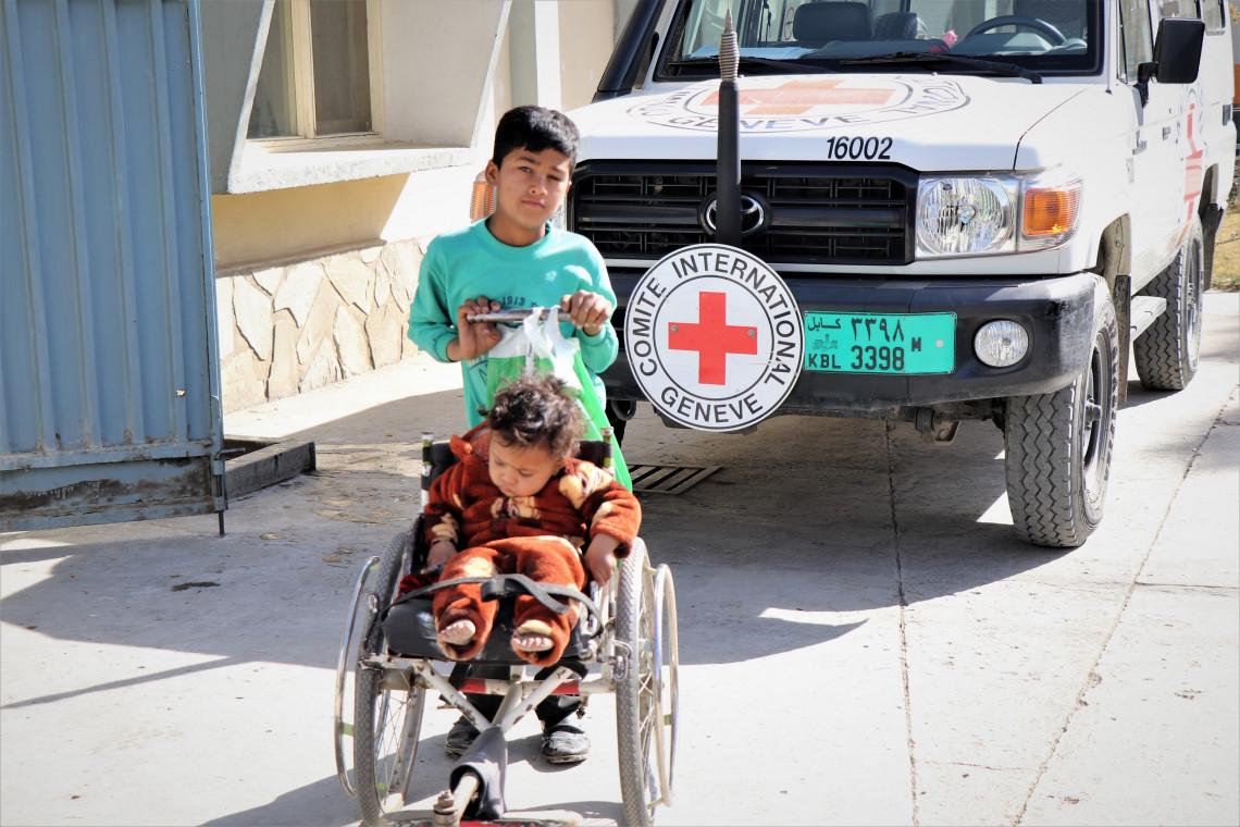 アリ・アバド整形外科センターで、若い付添人と一緒に診察を待つ子ども