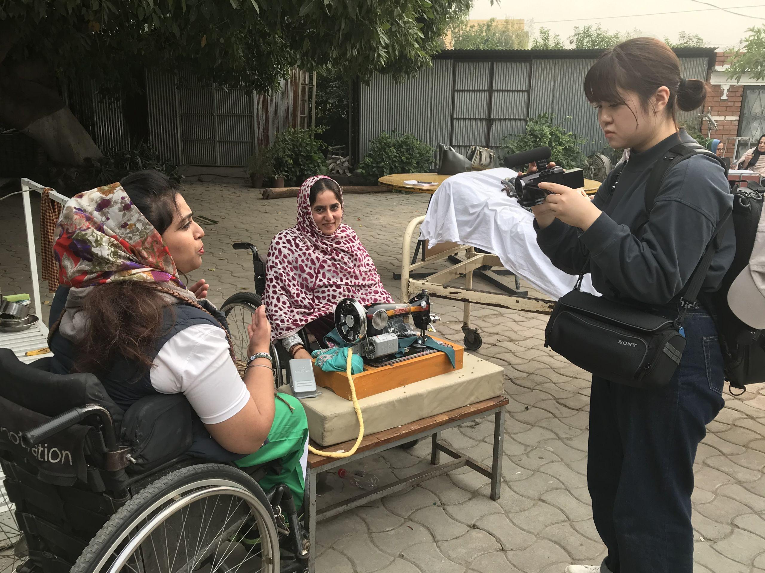 パキスタンの障がい者支援を取材する石川奈津美さん ⒸICRC