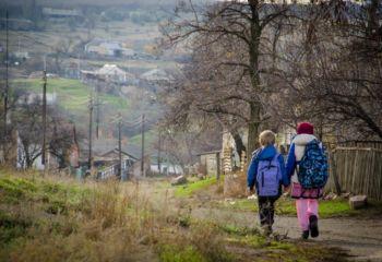 ウクライナ:紛争境界線に住む子どもを守る